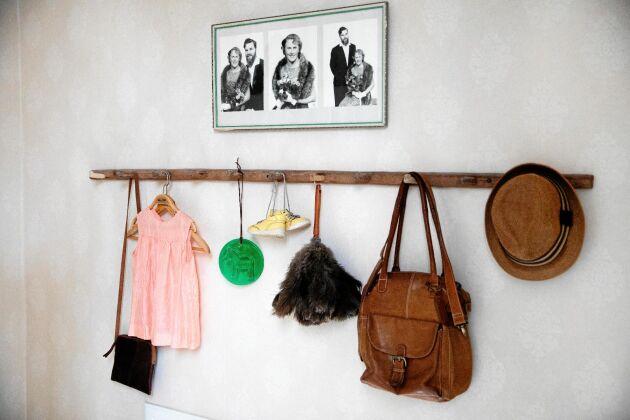 I trappen sitter foton på Anna Börs, den sista i släkten, och hennes man Torsten Lennerthson.