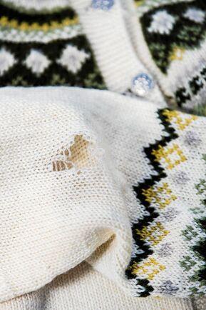 Hålet i tröjans armbåge behöver inte döljas av en brun mockaplätt.