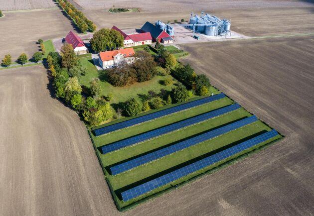 """Jörgen Mattsson fick smak för solel när han 2016 byggde den här mindre anläggningen på gården. Han hade inga lämpliga tak, utan ställde även den på marken. """"Genom att vi ställde den på fältet blev kylningseffekten så god att den faktiskt producerat 20 procent mer än beräknat"""", säger han."""