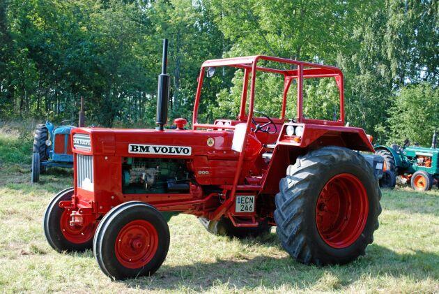 Den nya stora traktorn från Bolinder-Munktell kallades Bison 800 i reklamen. Bakaxelpartiet kom också från föregångaren 470 Bison. Senare fick 800 en ny bakaxel.