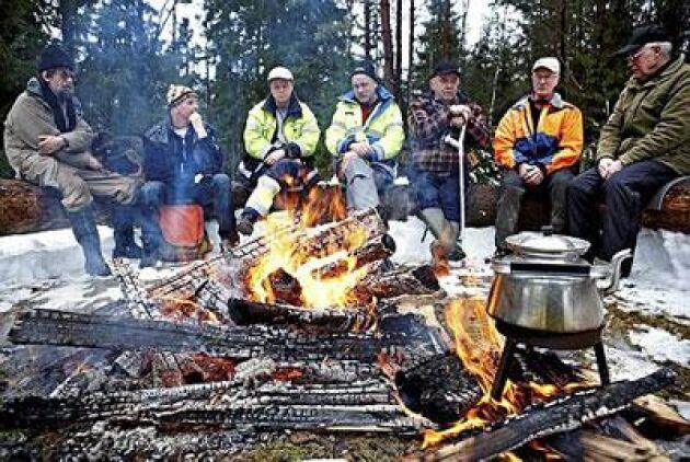 väntan. Joan Leerik, Ola Sandberg, Torbjörn Strimfors, Börje Älvhall, Lars Svensson, Börje Nilsson och Evert Dackling väntar på kaffet. Foto: Hans Runesson