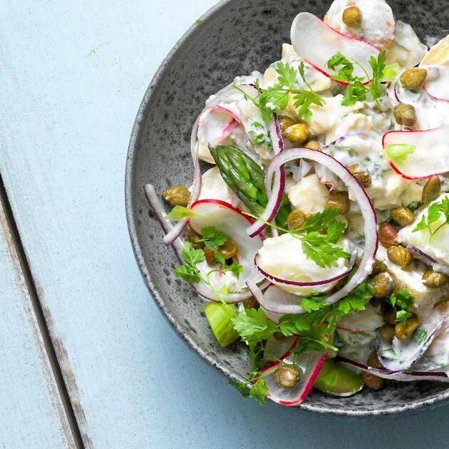 Potatissallad med Västerbottensost kan vara den krämigaste och smakrikaste du kan göra. Magisk!