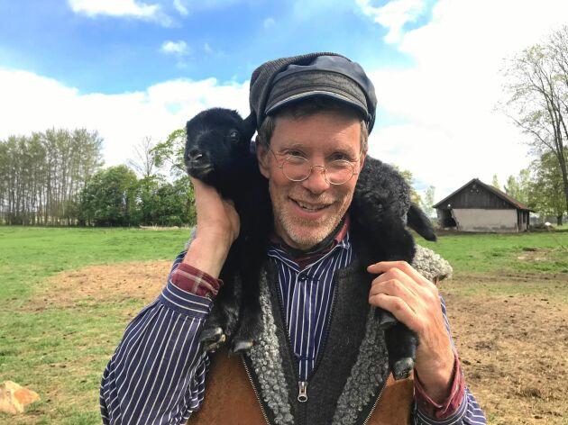 Gustav Mandelmann är snart tillbaka bland djuren på gården igen efter artrosoperationen.