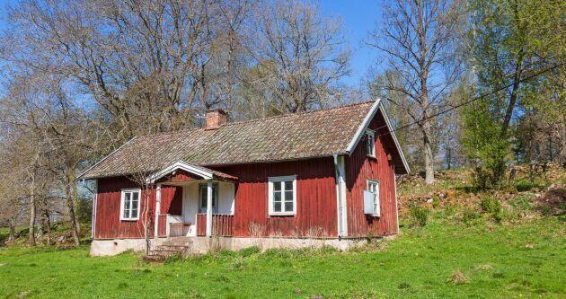 Överallt på den svenska landsbygden står obebodda hus.