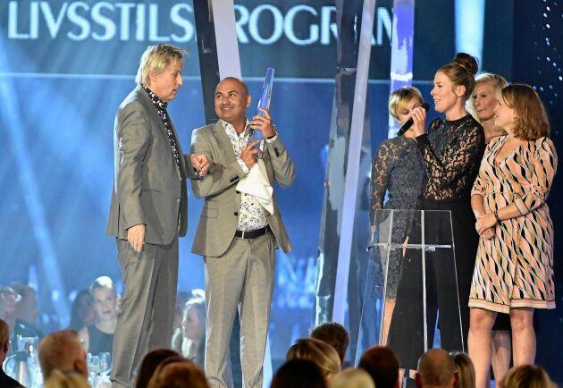 Lars Lerin och hans man Junior tar emot Kristallenpriset för Årets livsstilsprogram 2016.