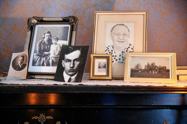 Fotografier på Dan Andersson som ung och vuxen, samt på hustrun Olga och dottern Monica plus bild på Marias farmor Anna.
