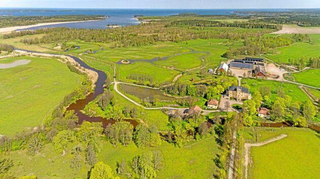 Genom Börstorps egendom rinner Friaån ut i Vänern. Slottsparken omfattar ett antal dammar för fågeljakt och i fastigheten ingår även en båthamn och 12 hektar av Vänerns vatten.