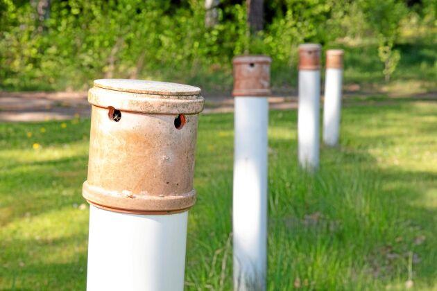 Köpings kommun hävdar att anslutning av sommarstugeområdet till det kommunala VA-nätet skulle innebära minskade utsläpp av näringsämnen. Samtidigt finns ingen aktuell inventering av i vilket skick de enskilda avloppen är och hur mycket de släpper ut i Mälaren.