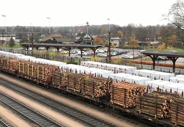 Trä från Vida på tåg vid Alvesta station.