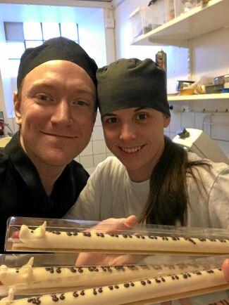 Peder Eng och Pernilla Andersson, som återupplivat den halvmeterlånga julkalendern i form av en marsipangris på skafferi Mormors skafferi i Falköping.