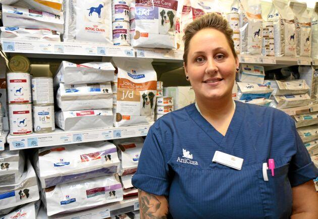 Marie Wetterberg, foderrådgivare på AniCura Gärdets djurklinik, lotsar hundägare bland alla val när de ska välja mat till hunden.