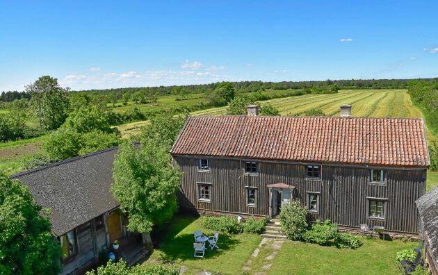 Jöns-Lasses gård ligger i en radby med bygatan utmed ladulängorna strax öster om gårdarna.
