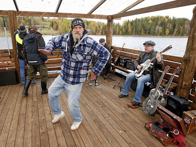 Är det en dansbåt då dansar man, tyckte Dick Bewarp och svängde loss till bluesmusiken.