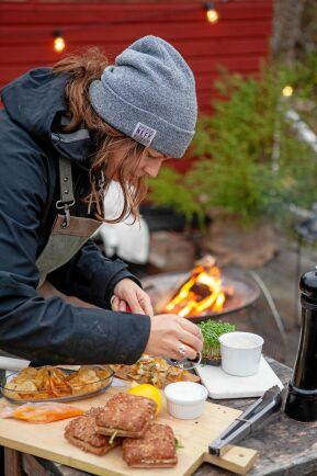 Laga mat utomhus är ett vinternöje för Elisabeth och hel familjen. Vare sig det är i skogen eller på uteplatsen.