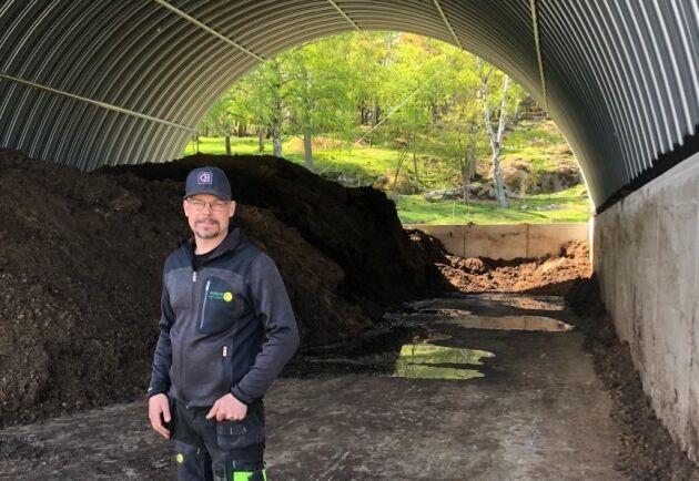Magnus Jenderblad vid mellanlagringsplatsen som byggts av en plansilo med kupoltak.