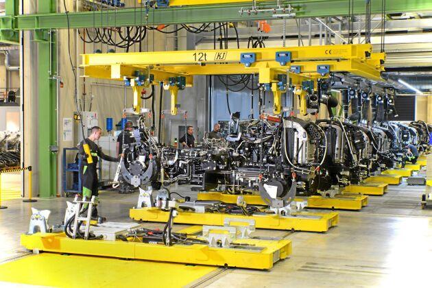 Motor, transmission och axlar monteras samman.