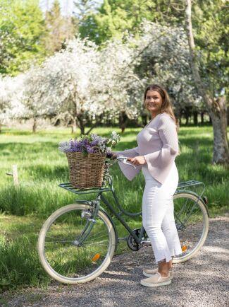 Dottern Alice tar en cykeltur i det gröna.