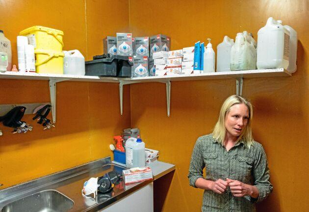 Lina Helin är delägare i och driftsledare för Coolgris som har smågrisproduktion på Badene egendom i Kvänum. Här använder alla ansiktsskydd mest hela tiden i stallarna.