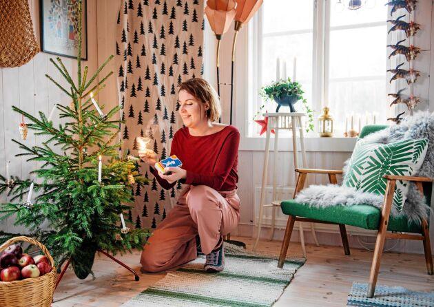 En riktig gran med levande ljus av stearin ger gammeldags julkänsla. Men får inte lämnas utan tillsyn förstås.