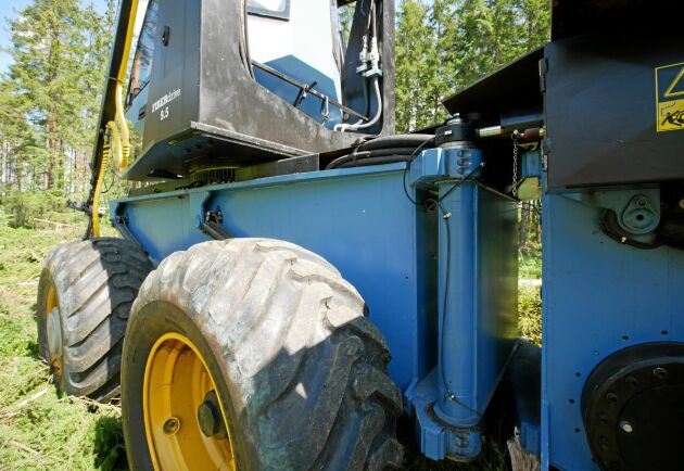 Kranfästet tillsammans med nivelleringen gör att maskinen blir stadig trots en 11-meters kran.