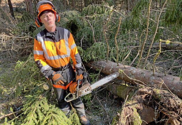 Magnus Johansson är skogsentreprenör och jobbar i kampen mot granbarkborrarna genom att kapa vindfällen efter stormen Laura.
