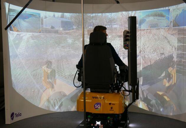Föraren styr via ett litet förarsäte uppkopplad framför en stor projektor som visade sikten fram, bak och åt sidorna.
