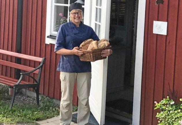 Susanne Lindqvist säljer Sussis Ljusa, äppelbullar och en mängd andra bröd och bakverk hemma på gården.