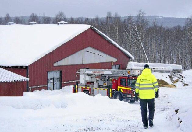 Räddningstjänsten på plats på Mats och Åsa Karlssons gård efter takraset i april 2018.