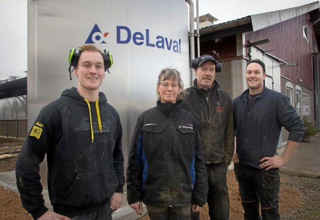Albin, Berit, Tommy och Mattias Claesson gläds åt sitt nya stall och tror på en ljus framtid för svensk mjölkproduktion.