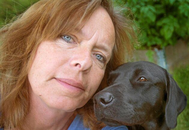 Åsa Lindholm är författare och fotograf med hundar som fackområde. Här med sin egen labrador Mick.