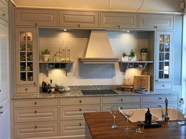 EFTERLÄNGTAD. Tänk dig en fläkt som ser ut som en gammaldags spiskåpa. Fläkten Cottage från Tovenco kostar från 12 625 kronor, är gjord med en kåpa av lackerad zinkplåt. Foto: Electrolux Home Luleå.