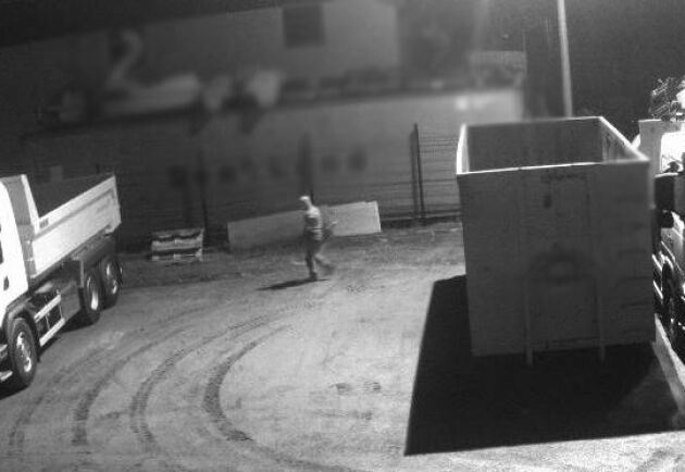 På övervakningskameran från åkeriet kan man se tjuven stjäla diesel.
