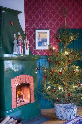 Sparsamt pyntad gran i korg, ett smart sätt att dölja julgransfoten.