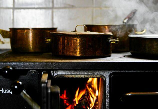 Börja använda köksspisen med hjälp av vår guide! Snart kommer du inse hur lätt –och mysigt – det är att elda i köksspisen.