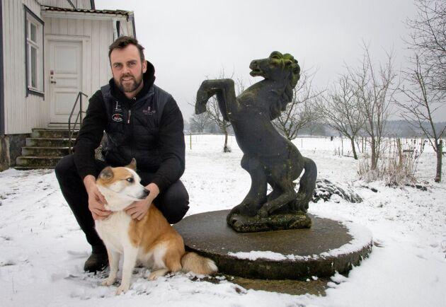James Faulkner med den isländska fårhunden Sif.