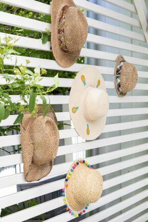 Leonor, Mats, Linnéa och My ser till att få en hatt med sig hem som reseminne varje gång de har varit utomlands.