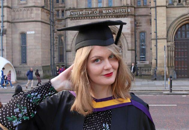 Sofia Höglund framför huvudbyggnaden till universitet i Manchester efter att ha avlagt sin masterexamen i krishantering.