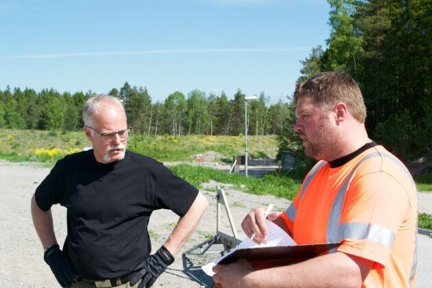Instruktörerna Arne Heimdahl och Benny Bäcklund diskuterar övningar som ska ingå i Säker Skogs utbildning på C-nivå.