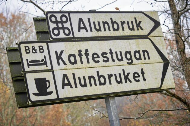 Så här kan lagliga privat vägskyltar se ut, med symboler och även företagsnamnet utsatt.