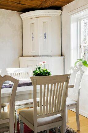 Det vita hörnskåpet i matsalen kommer från Magnus farföräldrar och passar fint i det ljusa rummet.
