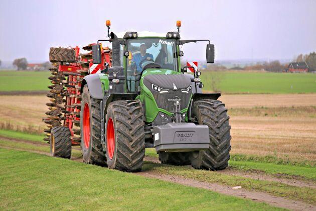 Fendt 1050 är världen största konventionella traktor med sina 517 hästkrafter och en vikt på 14 ton. Trots den imponerande prestandan upplevs traktorn som enkel och smidig att köra, inte min tack vare den permanenta fyrhjulsdriften med variabel utväxling.