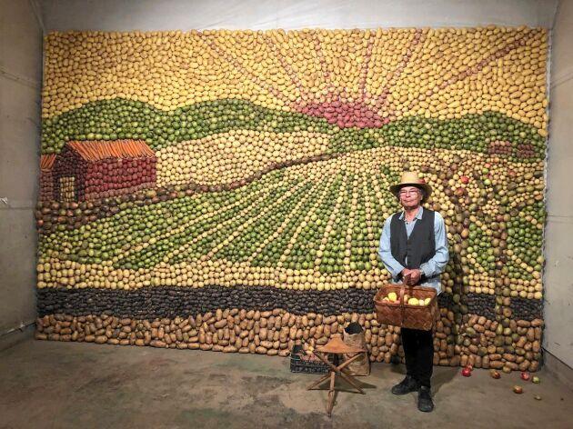 """Potatistavlan signerad Karl H Kruse från Säter föreställer ett typiskt åkerlandskap i Dalarna. """"Liselotte Dahlin från styrelsen för södra Dalarnas skördefest har lagt ned mycket energi och det är tack vare henne som projektet blev verkligt"""", säger konstnären."""