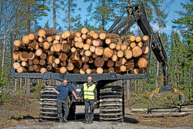 Mmaskinförare Christer Hallgren från Avesta och Lennart Hult från Sveaskog testar Sveaskogs Amerikanska Timberpro.