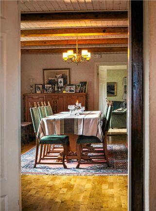 Inne i boningshuset är det fullt av minnen av släktens historia, foton. möbler och minnessaker.