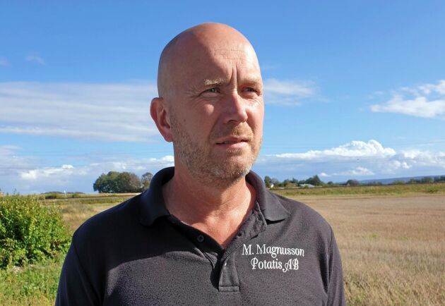 Magnus Magnusson har den senaste månaden letat nya köpare till de 30000 pumpor som skulle levererats till Lisebergs halloweenfirande. Men innan skörden kommer igång i oktober är kunderna ovilliga att köpa på sig volymer.