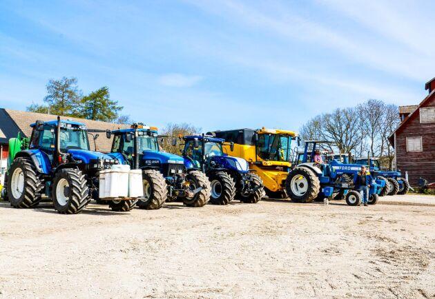 Det behövs en stor gårdsplan. Mitt i det blåa traktorhavet står katten bland hermeliner – en gul New Holland-tröska.