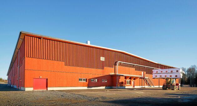Byggnaden för den nya produktionslinjen för korslimmat trä är byggd i korslimmat trä. Den är dessutom målad i Falu Rödfärg.