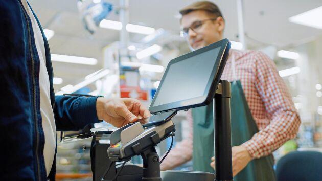 Butikerna vädjar till kunderna att hålla avståndet i påskhandeln.