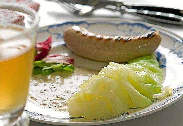 Snabblyx med god korv, kryddig senapssås och späd vitkål.
