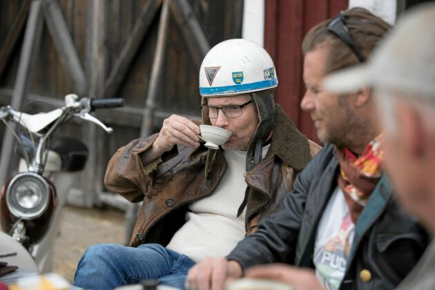 """Jan Kjerrulf låter sig väl smaka av kaffet. Han tycker om åka moped eftersom det inte går så fort: """"Själen hinner med""""."""